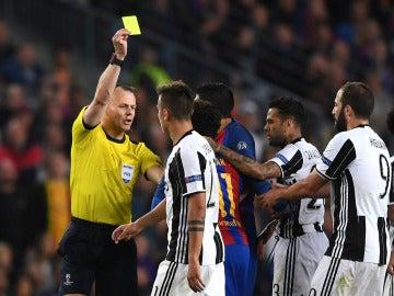 Kuipers muestra la tarjeta amarilla en el Barça-Juventus