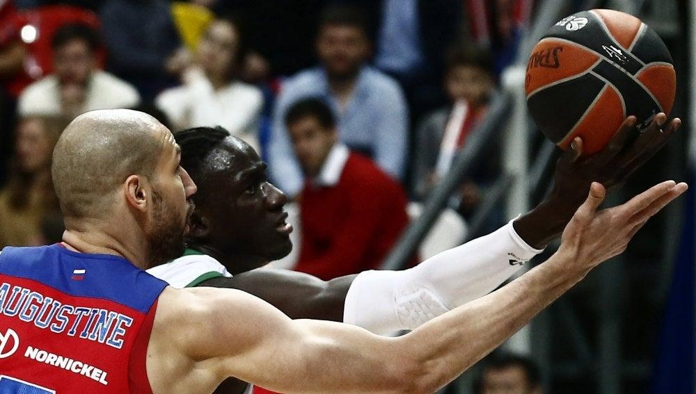 Diop intenta retener el balón ante la presión de Augustine