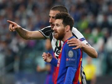 Bonucci le señala a Messi la grada tras el partido