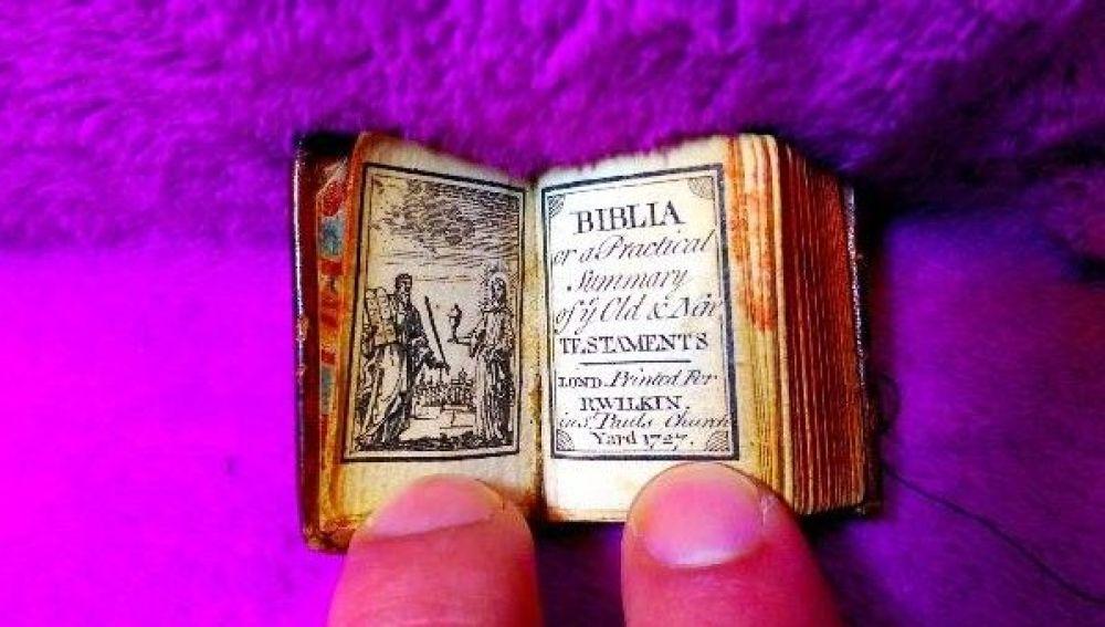 Subastan la biblia más pequeña del mundo, del tamaño de un sello