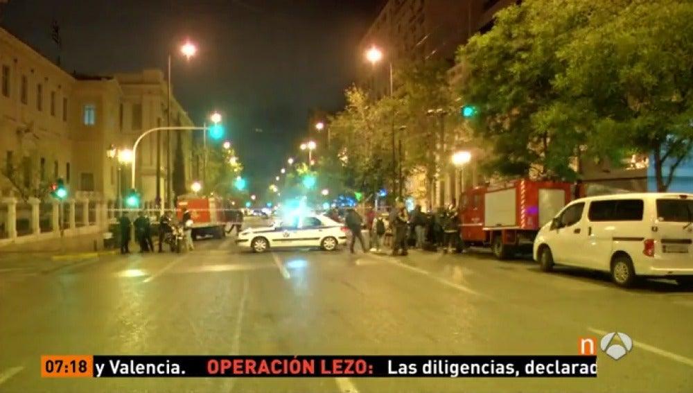 Frame 13.865714 de: Explota una bomba en la sede del Eurobank de Atenas, sin causar víctimas