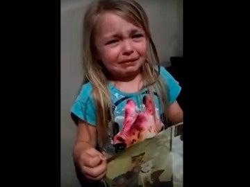 La pequeña llorando desconsoladamente por su perro