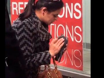 La mujer intentando reanimar a la paloma