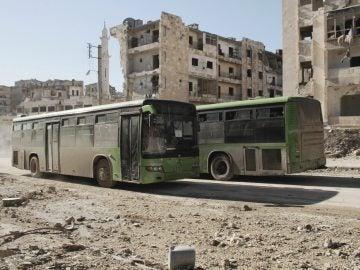 Varios autobuses evacúan a civiles en Alepo