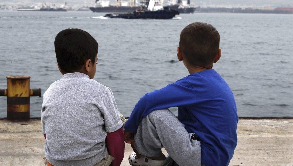 Dos niños observan el mar desde las nuevas instalaciones para refugiados en Skaramangas