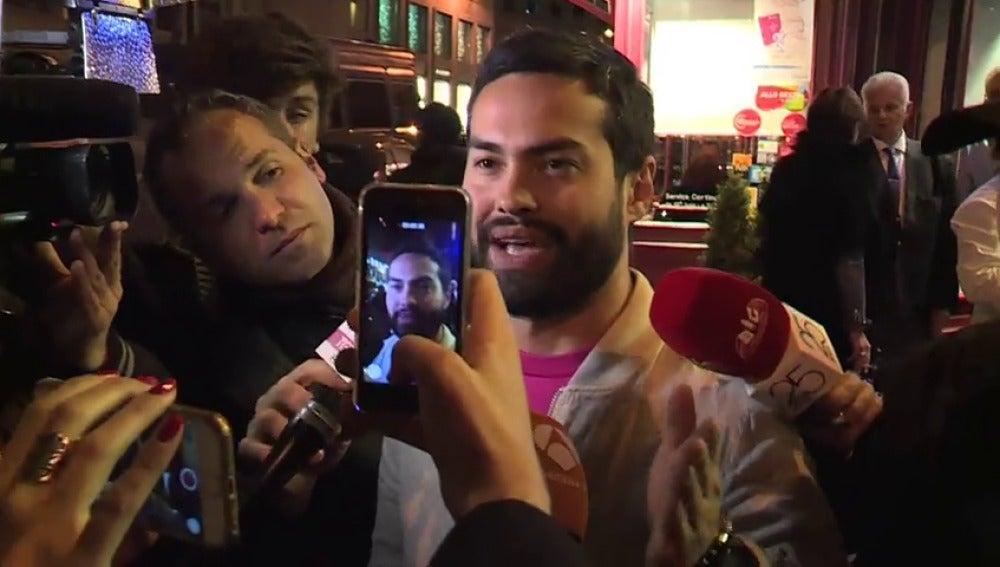 """Frame 40.819632 de: Testigos del tiroteo en París: """"Tres chicos se han bajado del coche y uno de ellos ha matado a un policía"""""""