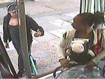 La mujer sube con el bebé muerto en el autobús