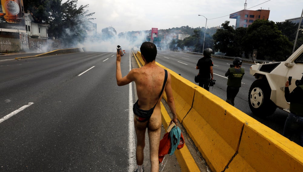 Un joven protesta desnudo en Venezuela