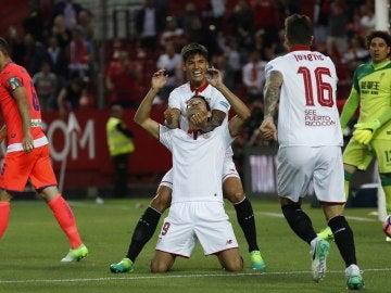 Ganso celebra junto a sus compañeros del Sevilla uno de sus goles ante el Granada