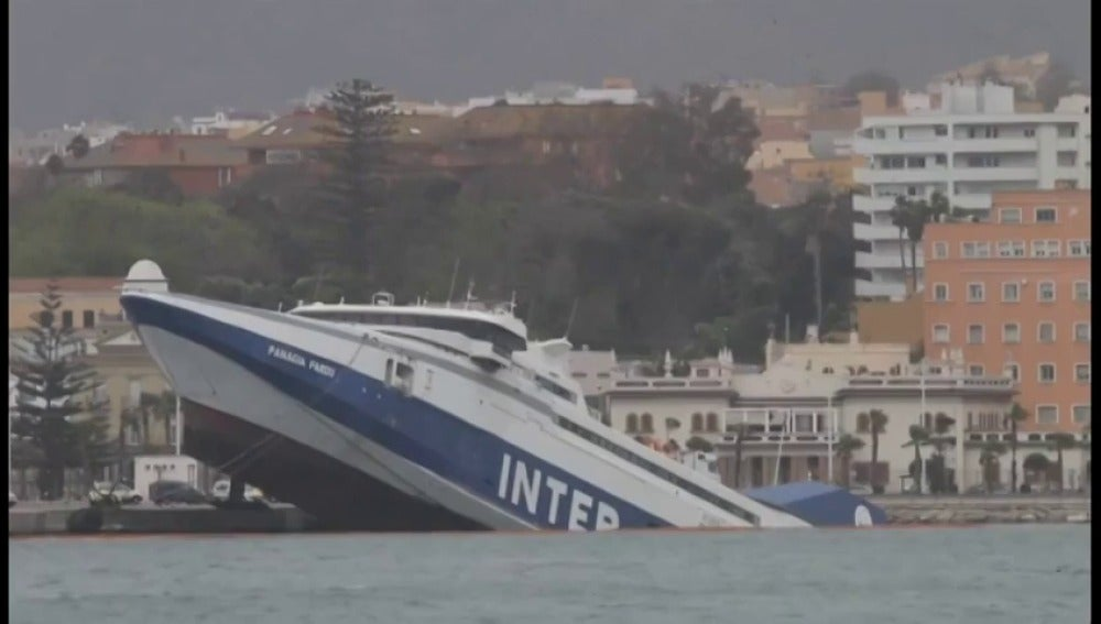 Frame 0.0 de: El fuerte viento provoca el hundimiento de un ferry abandonado en Algeciras