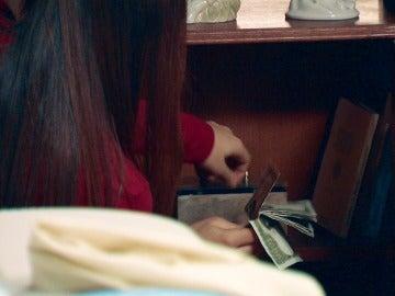 Alba no solo miente a sus padres, sino que también les robará dinero