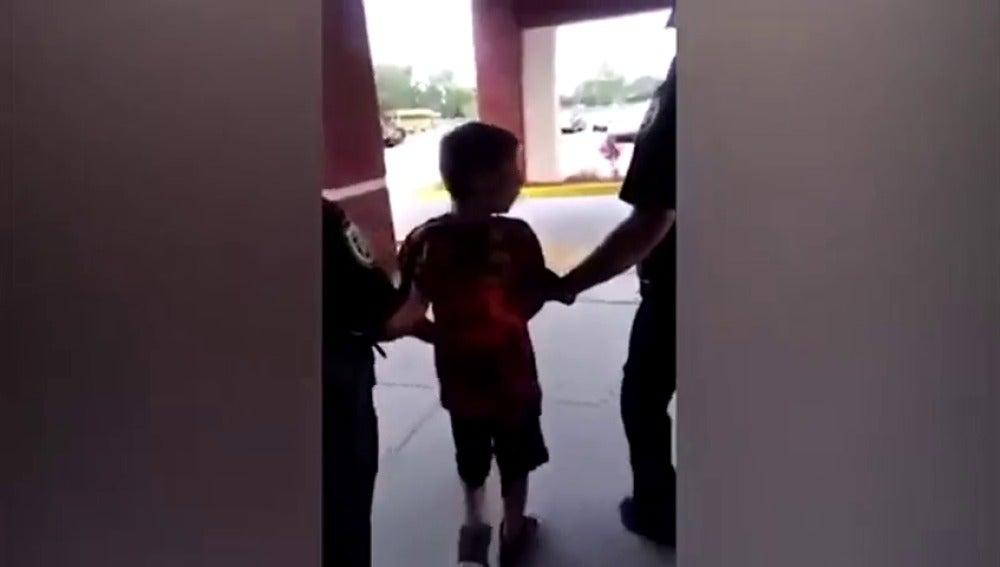 Frame 56.054492 de: Detienen y esposan a un niño autista de 10 años