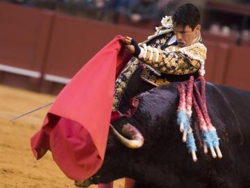 El diestro Jose María Manzanares con su segundo toro durante la corrida de la feria de Abril de Sevilla