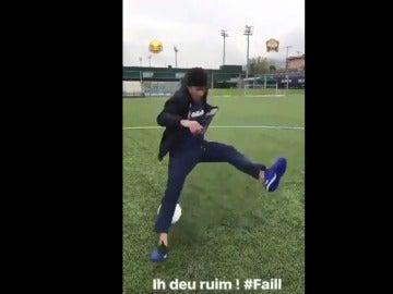 Neymar cae al suelo