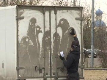Frame 22.113176 de: Un artista urbano ruso utiliza coches sucios como lienzos