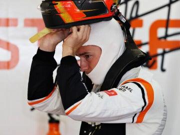 Vandoorne se quita el casco