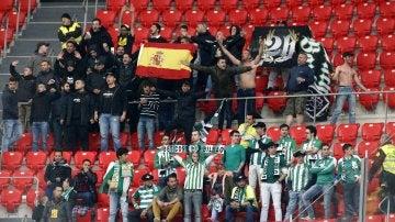 Aficionados del Betis en las gradas de San Mamés, durante el partido de Liga