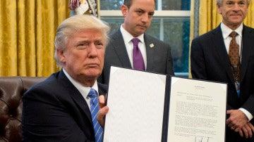 Donald Trump firma tres órdenes ejecutivas