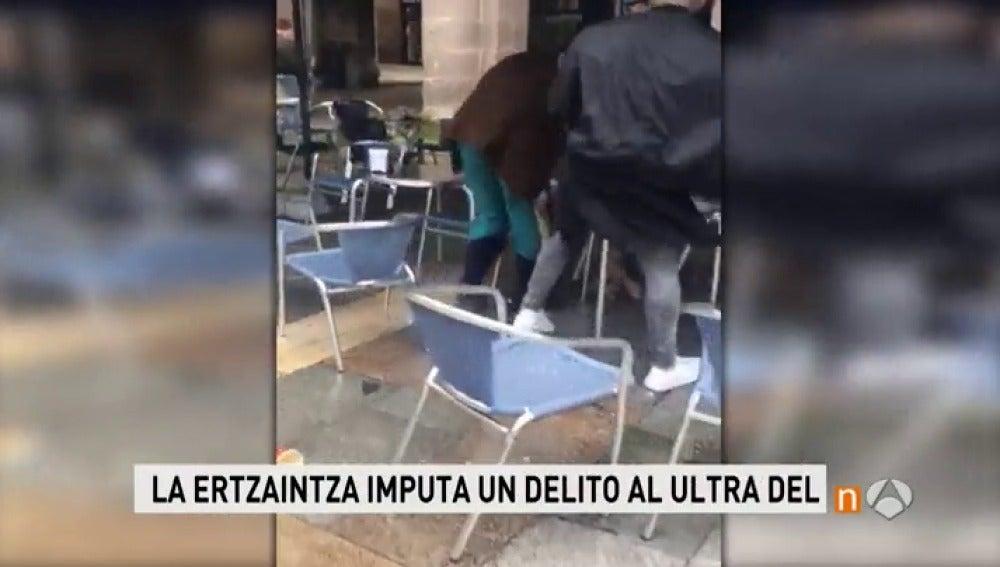 Frame 29.047319 de: La Ertzaintza imputa un delito de trato degradante a los ultras del Betis tras la agresión en Bilbao