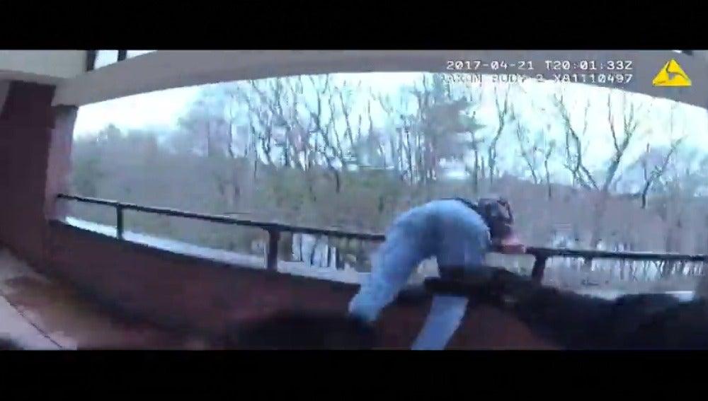 Frame 35.84 de: Un policía estadounidense frena a un hombre cuando se estaba lanzando por un balcón