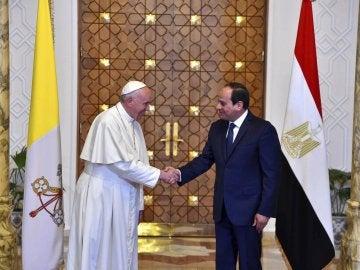 El presidente egipcio, Abdel Fattah Al Sisi, saluda al papa Francisco
