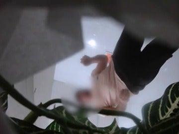 Frame 20.64892 de: Detenido empleado de una gasolinera por poner una cámara en lavabo de mujeres