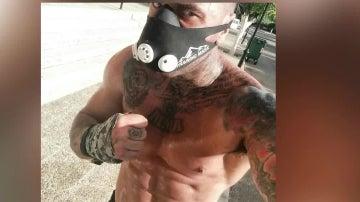 El ultra que agredió a una persona en Bilbao se fotografía mientras corre con máscara