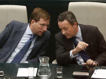 Íñigo Henríquez de Luna y José Luis Martínez-Almeida durante el pleno