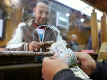 Un cliente de un banco de Egipto