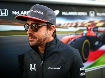 Fernando Alonso, con el MCL32 de fondo