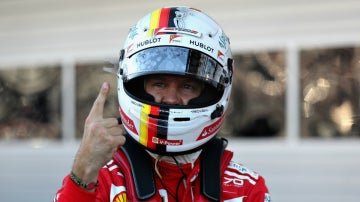 Vettel celebra mostrando su dedo