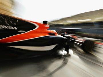 El McLaren-Honda sale del garaje