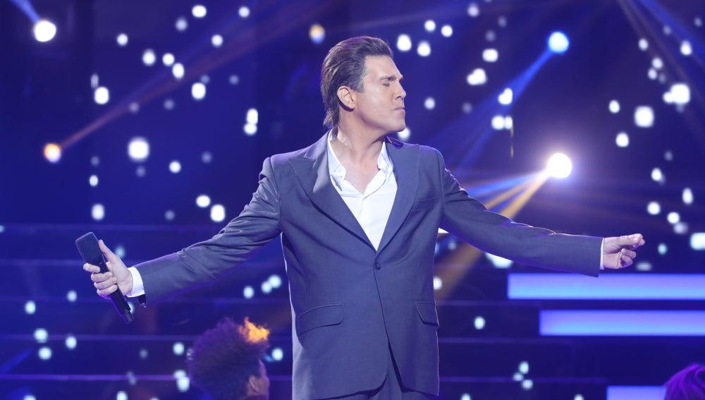 Xandro Leima se viste de un elegante Luis Miguel en una imitación con doble actuación