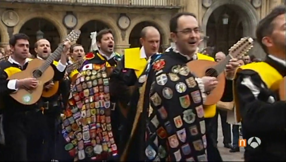 Frame 32.782971 de: Unos 300 tunos llenan de música las calles de Salamanca