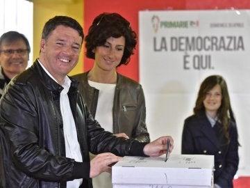El exprimer ministro italiano Matteo Renzi, junto a su mujer Agnese, votando en las primarias