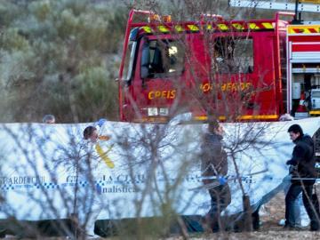 Bomberos y Guardia Civil en el lugar en el que otra avioneta se estrelló