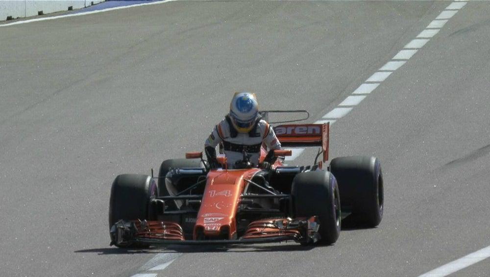Fernando Alonso abandona su monoplaza en el GP de Rusia