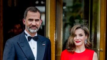El Rey Felipe y la Reina Letizia en el 50 cumpleaños del rey Guillermo de Holanda