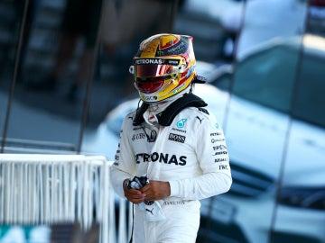 Hamilton camina por el paddock de Sochi