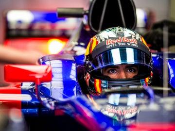 Carlos Sainz, en el cockpit del Toro Rosso