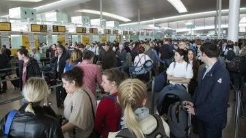 Largas colas de gente hoy en el aeropuerto de El Prat-Barcelona.