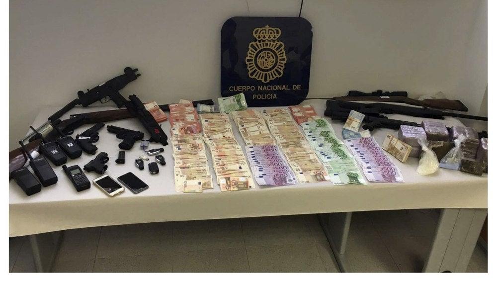 Fotografía facilitada por la Policía Nacional que ha detenido a 30 miembros de Los Castañas