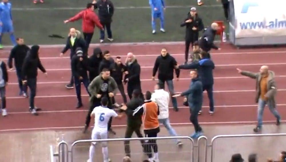 Frame 40.23465 de: Pelea entre aficionados y jugadores en Madrid y brutal puñetazo de un jugador a un árbitro en Barcelona