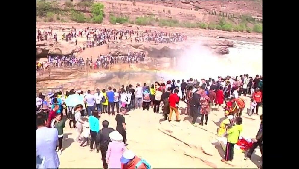 Frame 13.543111 de: Miles de turistas disfrutan del espectáculo natural de la segunda catarata más grande de China