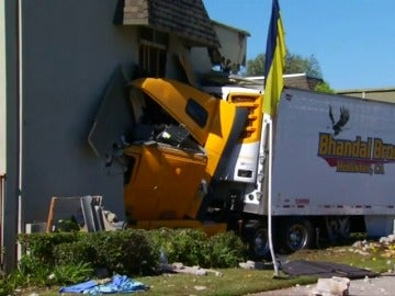 Frame 5.328 de: Colisión frontal de un camión contra un edificio residencial en California