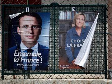 Carteles de Macron y Le Pen