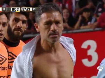 Nelson Vivas abandona el césped tras romperse la camisa