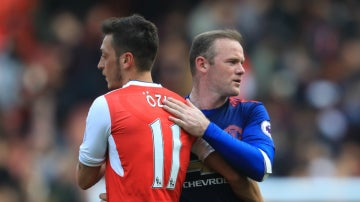 Ozil salud a Rooney
