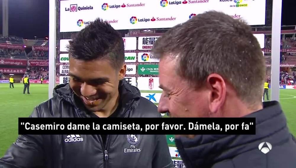 Un niño pide a Casemiro su camiseta tras el Granada-Real Madrid