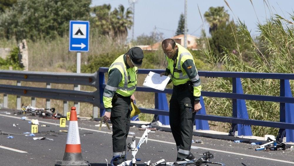 Agentes de la Guardia Civil y miembros de Emergencias en el lugar del accidente